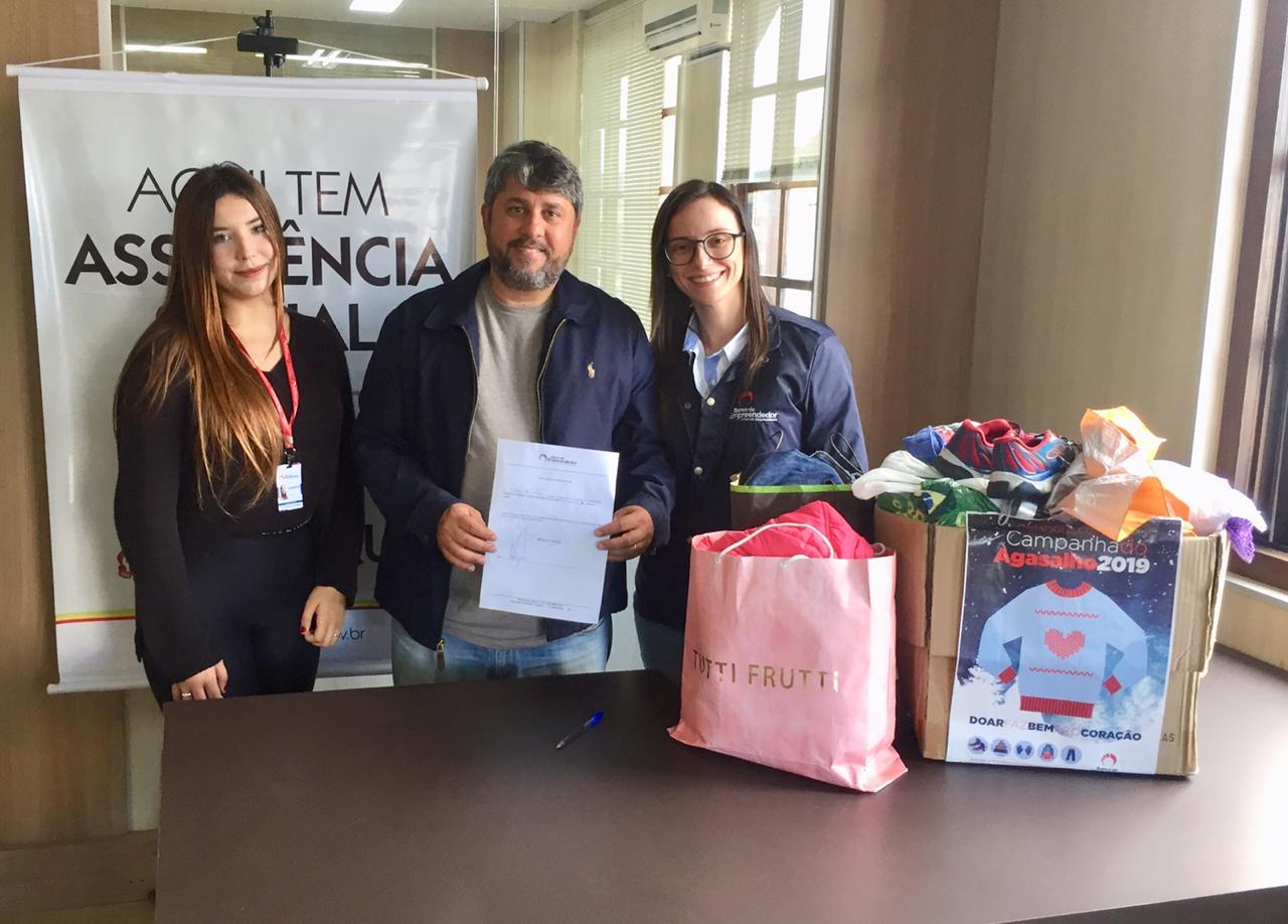 Secretaria de Assistência Social recebe roupas que serão doadas a usuários do CadÚnico