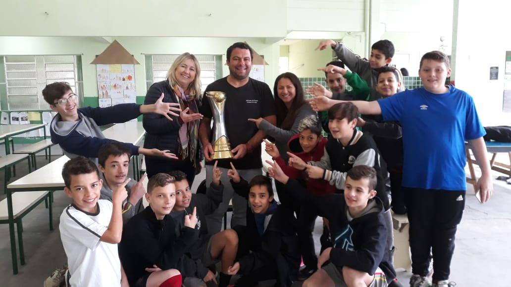 Alunos da Escola Georgina de Carvalho Ramos da Luz celebram conquista do Bruscão com taça da Série D