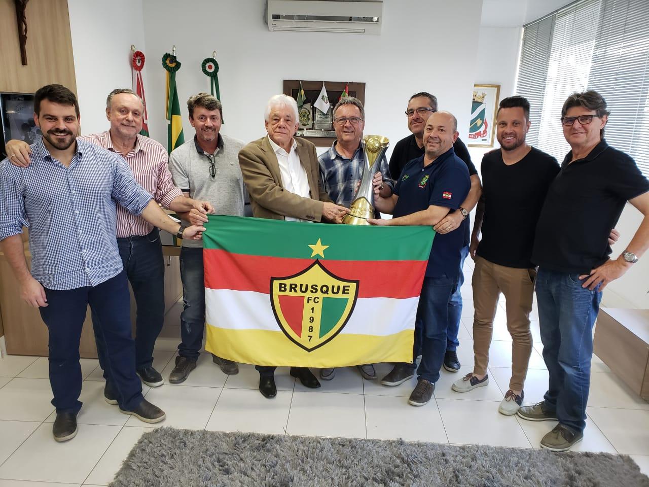Diretoria do Brusque FC visita gabinete do prefeito
