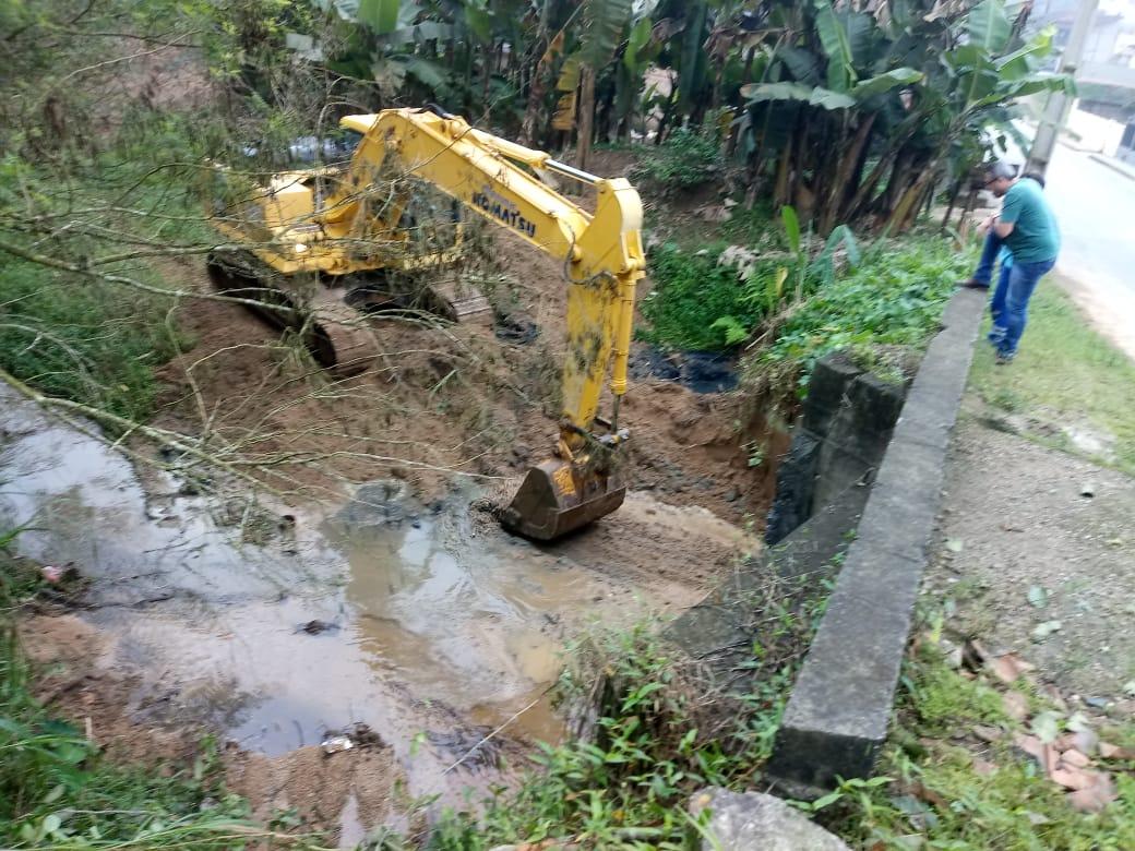 Prefeitura realiza limpeza e desassoreamento de valas de drenagem