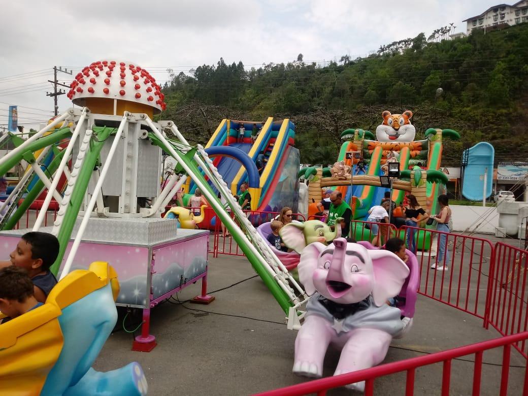 Crianças aproveitam tarde de parque gratuito na Fenarreco