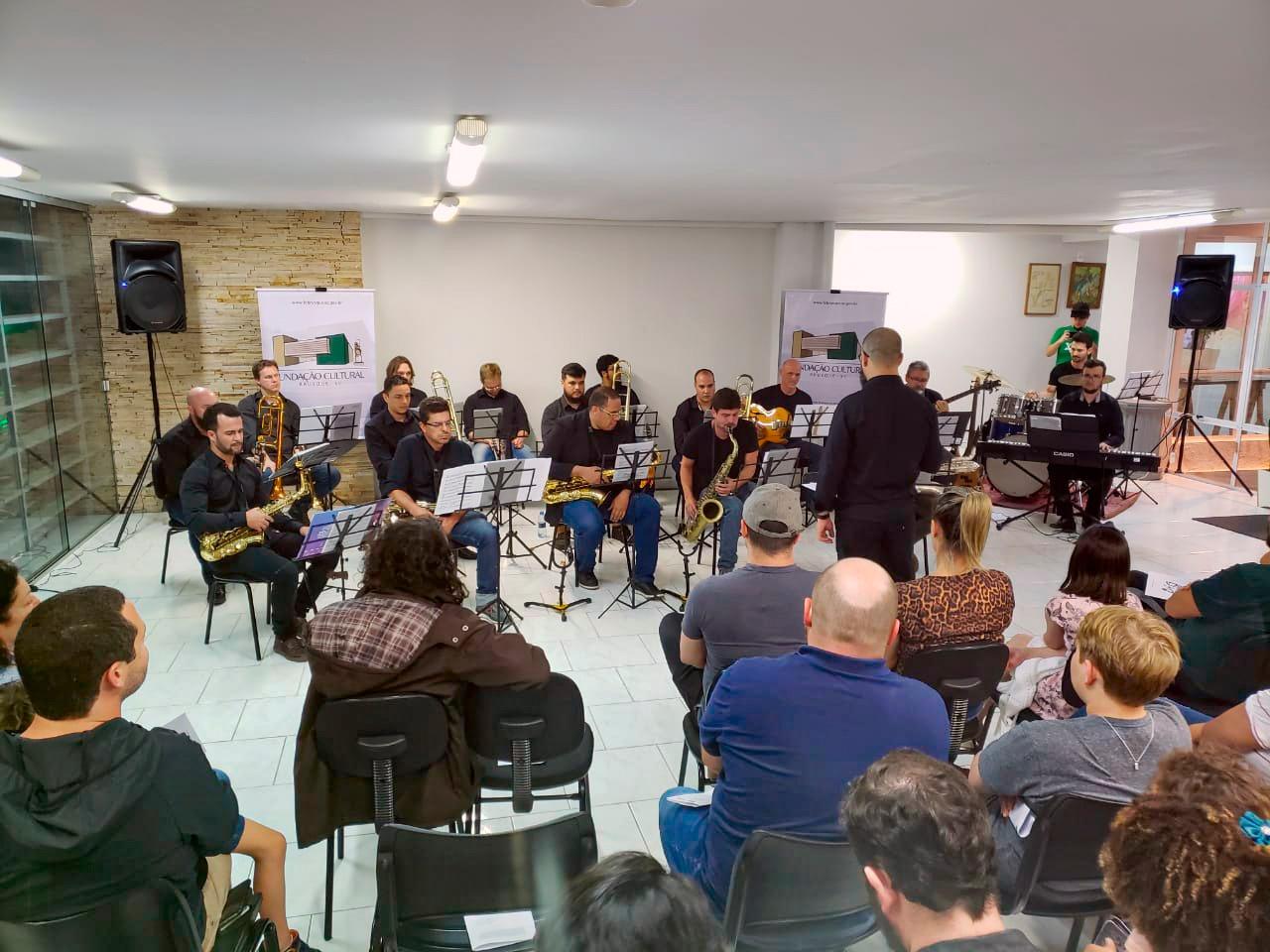 Hall da Fundação Cultural lota para pré-estreia da Big Band Brusque