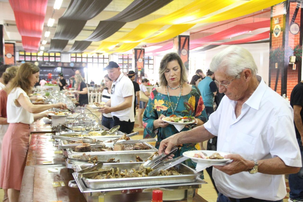 Fenafesteiros já consumiram mais de cinco mil pratos típicos e mais de 50 mil copos de chope