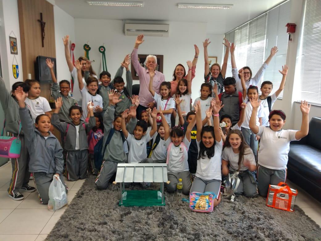 Prefeito recebe alunos da Escola Alexandre Merico no gabinete