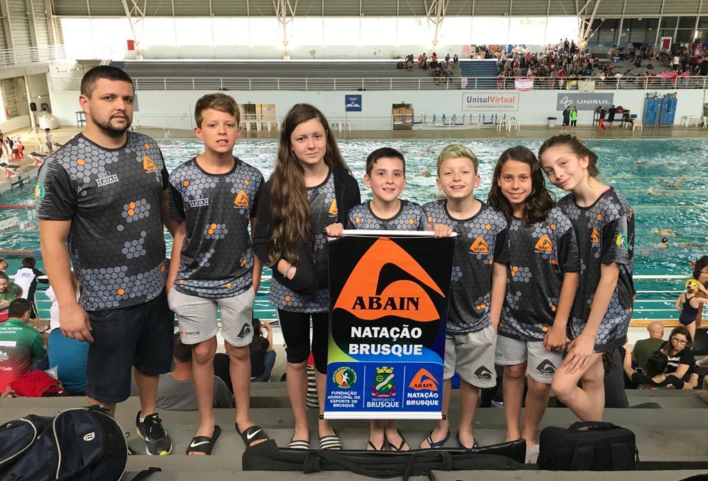 Atletas da Natação Brusque/FME competem no Sul-brasileiro Mirim Petiz