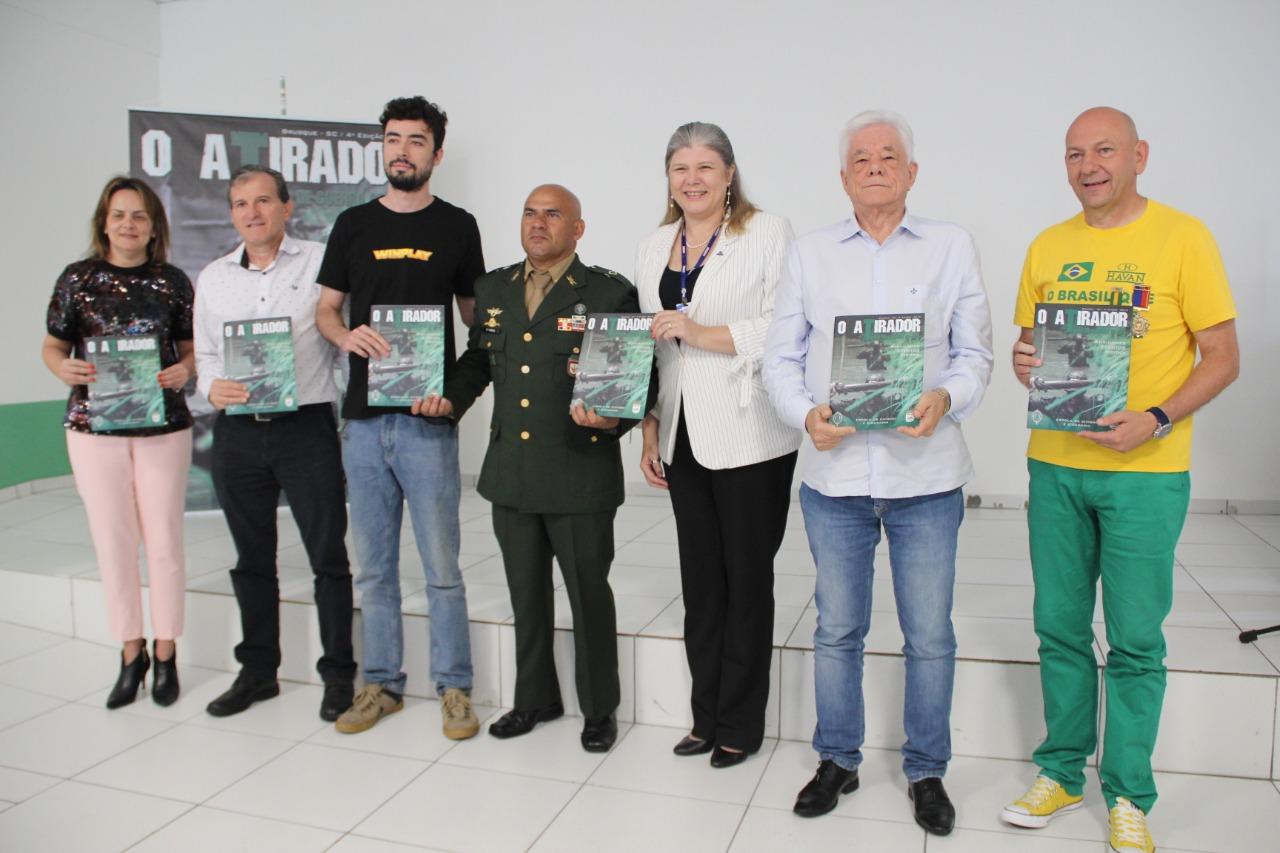 Com a presença do prefeito de Brusque, Tiro de Guerra lança revista O Atirador 2019