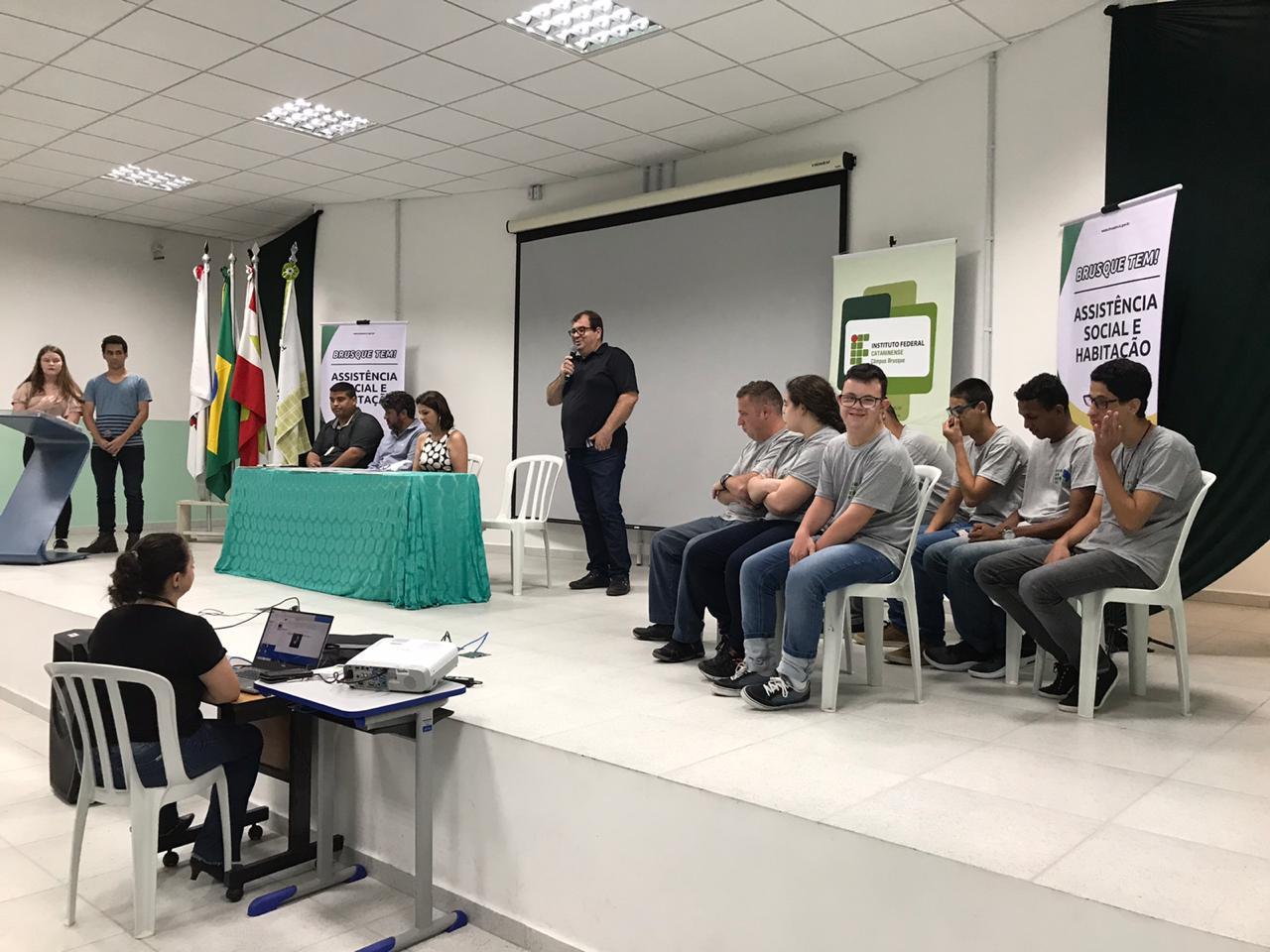 Formatura dos alunos do curso Luz do Saber aconteceu na sexta-feira (8)