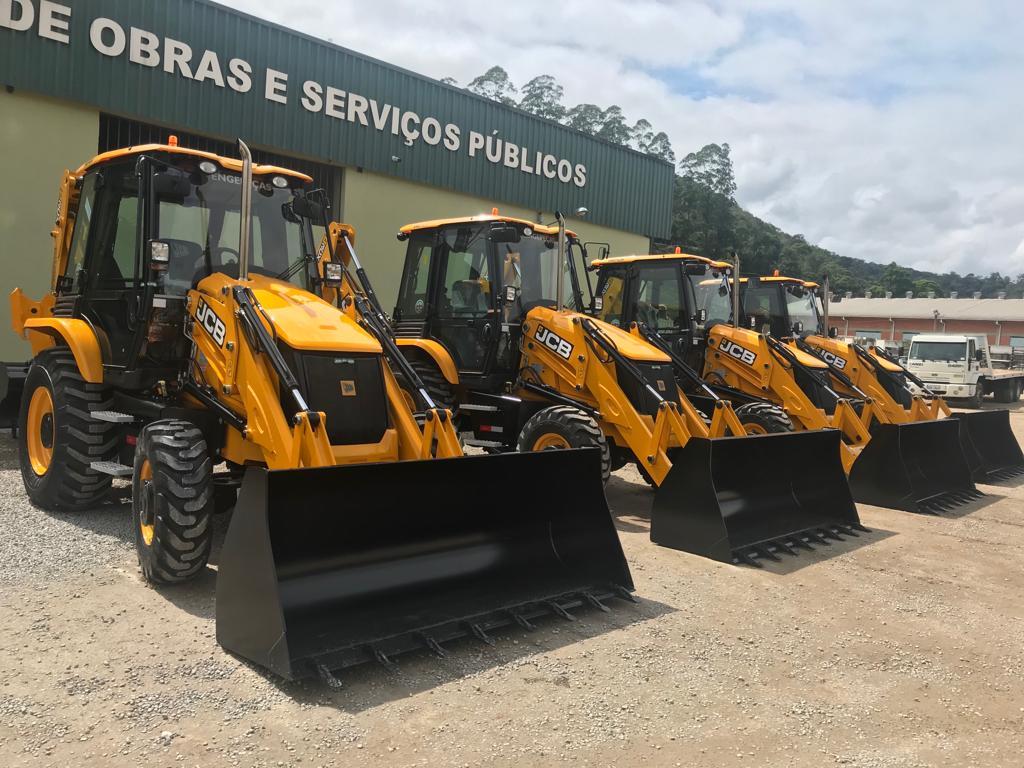 Secretaria de Obras recebe quatro novas retroescavadeiras