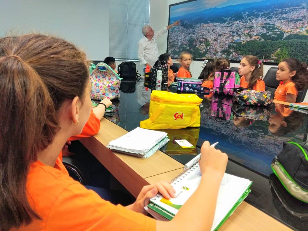Alunos do Sesi Escola visitam prefeito de Brusque