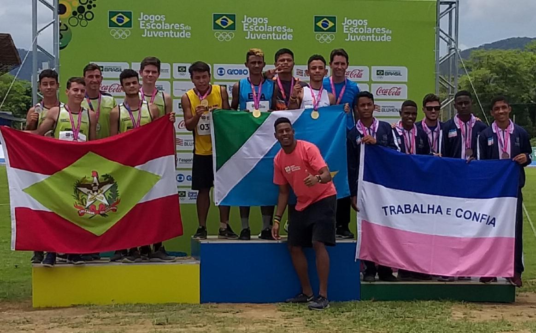 Atleta brusquense que ganhou medalha descalço no salto em distância dos Jogos Escolares é prata no revezamento com a seleção catarinense na etapa nacional