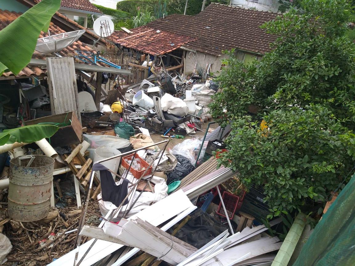 Vigilância em Saúde interdita imóvel utilizado como depósito de material reciclável