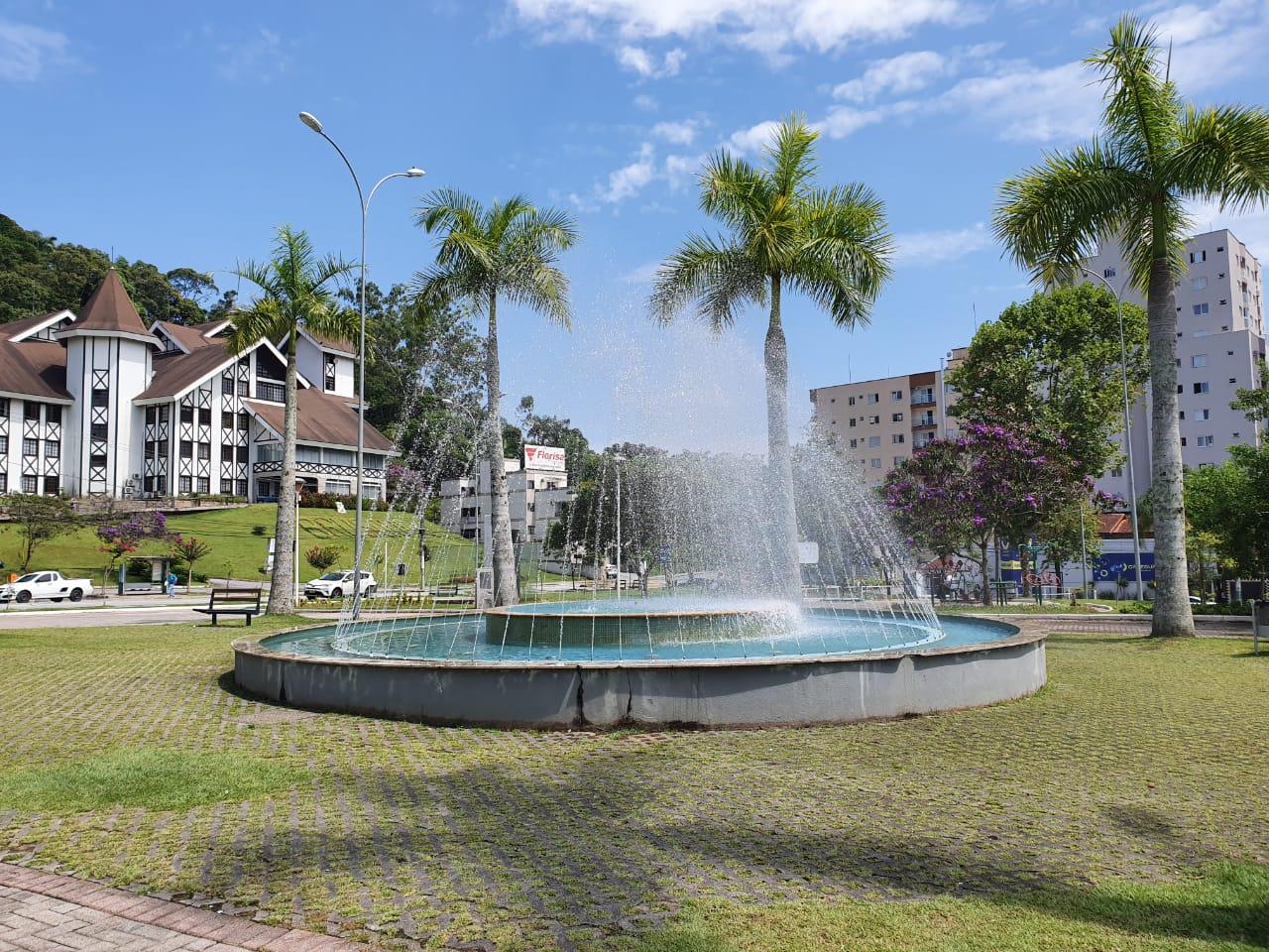 Prefeitura reativa chafarizes em praças da cidade
