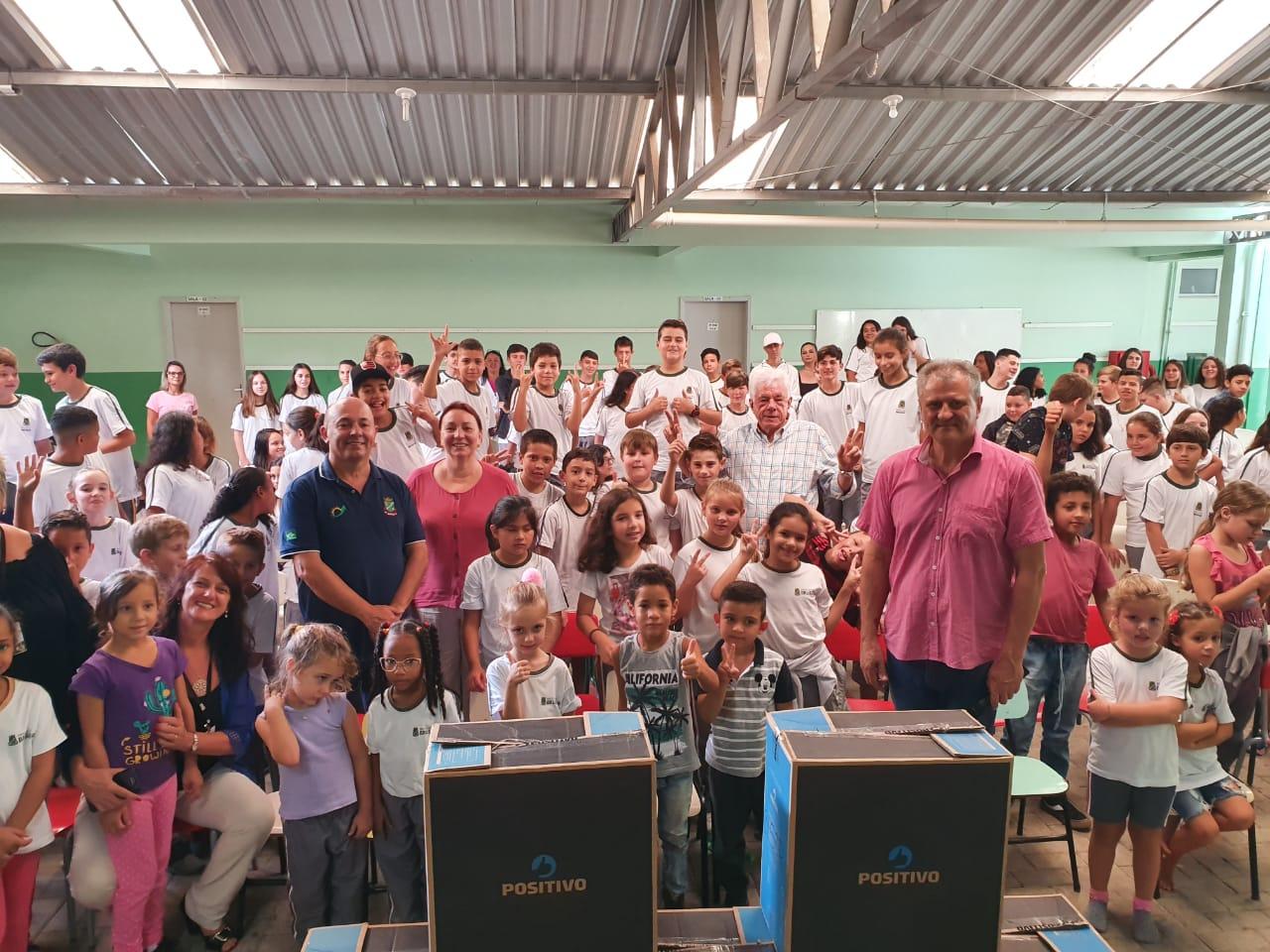 Prefeitura realiza entrega de computadores nas escolas Carlos Moritz e Ayres Gevaerd