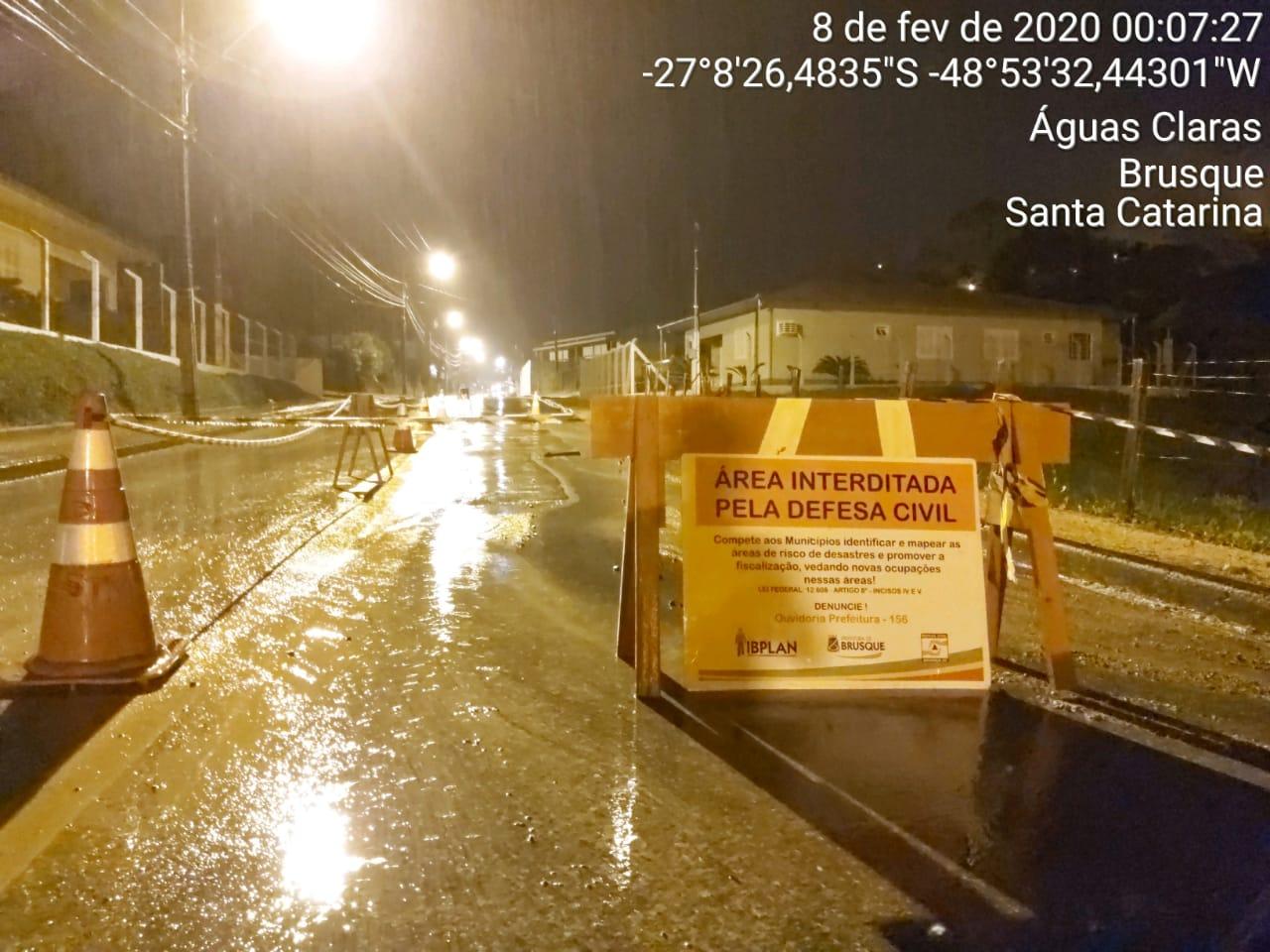 Chuvas causam cratera na rua João Tormena, bairro Ponta Russa