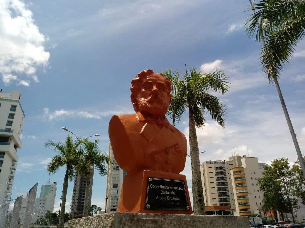 Busto de Araújo Brusque passa por restauro
