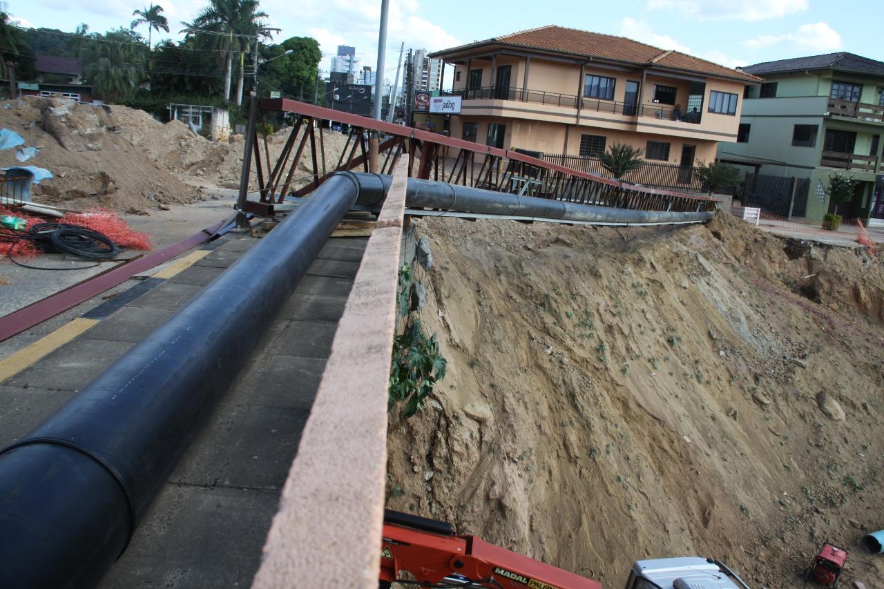 Retirada de adutora do SAMAE faz obras na ponte Mário Olinger entrar em outra etapa