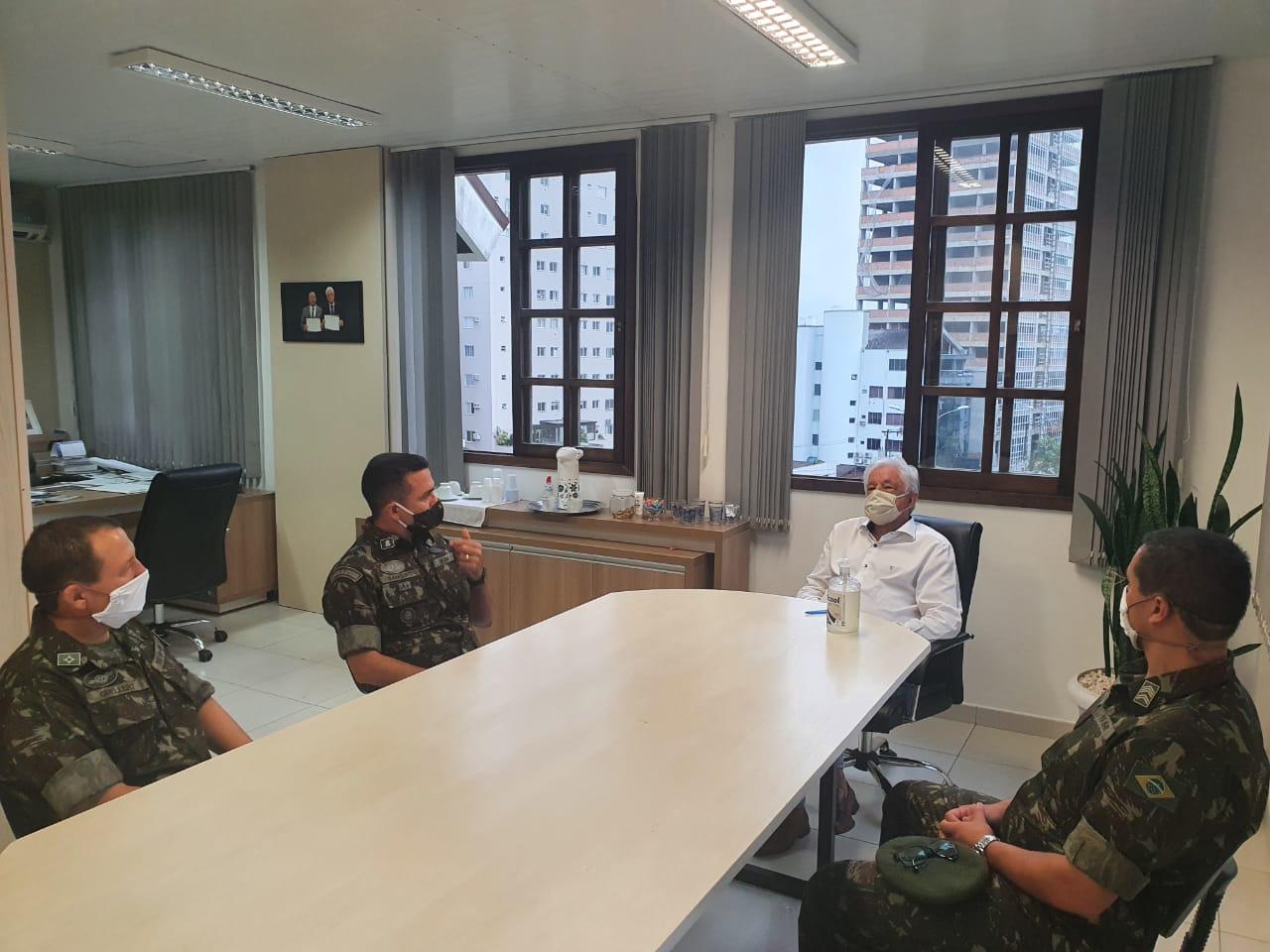 Prefeito de Brusque recebe visita de subtenente adjunto de comando da 5ª região militar de Curitiba