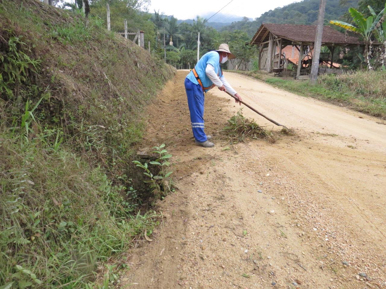 Mais de 40 conserveiros trabalham na manutenção das rua de Brusque