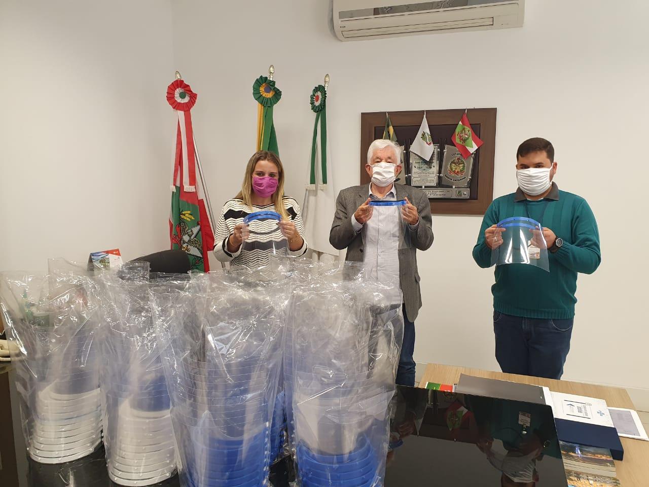 Prefeitura de Brusque recebe doação de protetores faciais do IFC Brusque