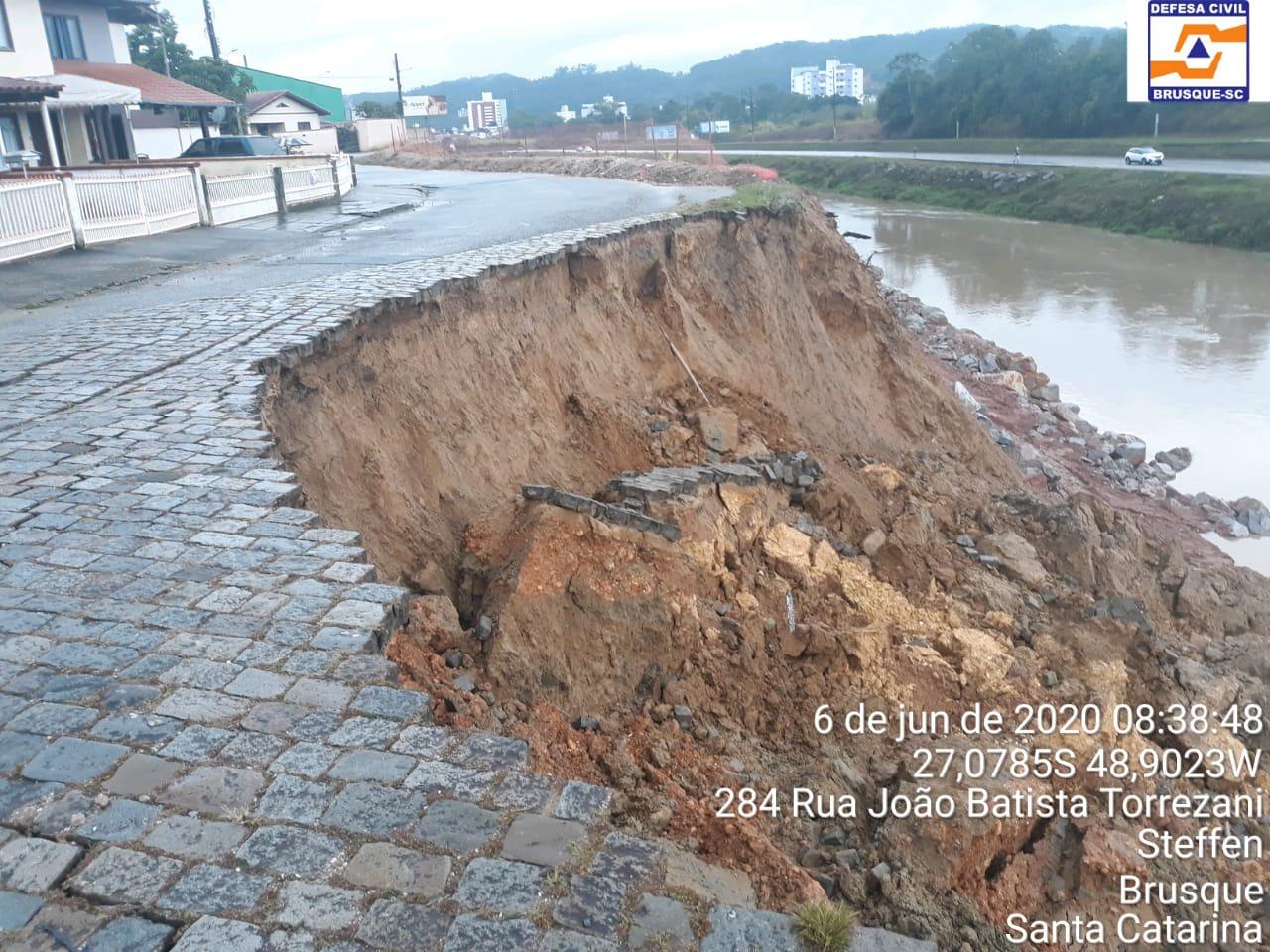 Chuvas das últimas horas causam deslizamento em rua paralela as obras da Margem Esquerda da Beira Rio