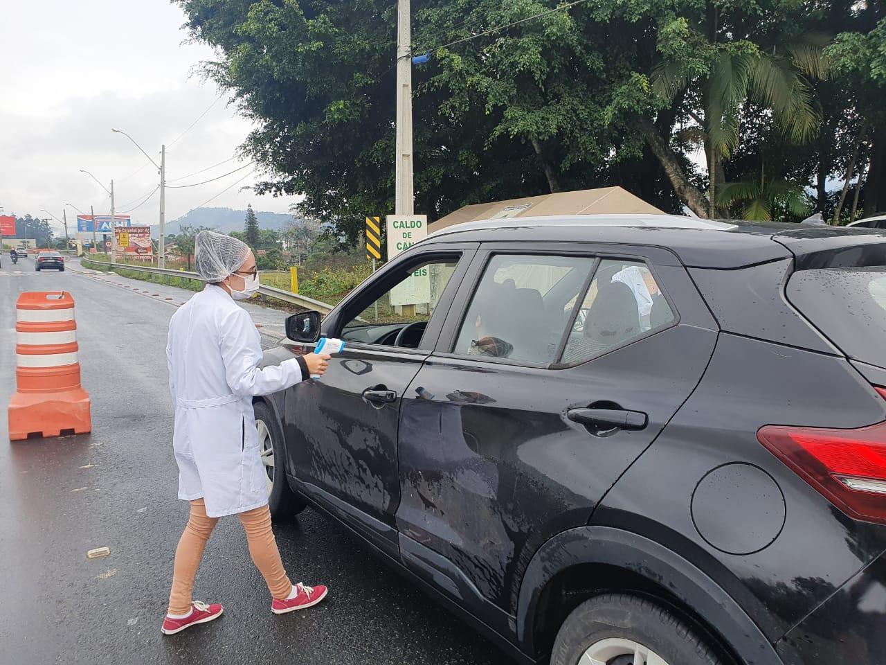 Mais de 10 mil condutores de veículos já foram abordados na barreira sanitária da avenida Antônio Heil