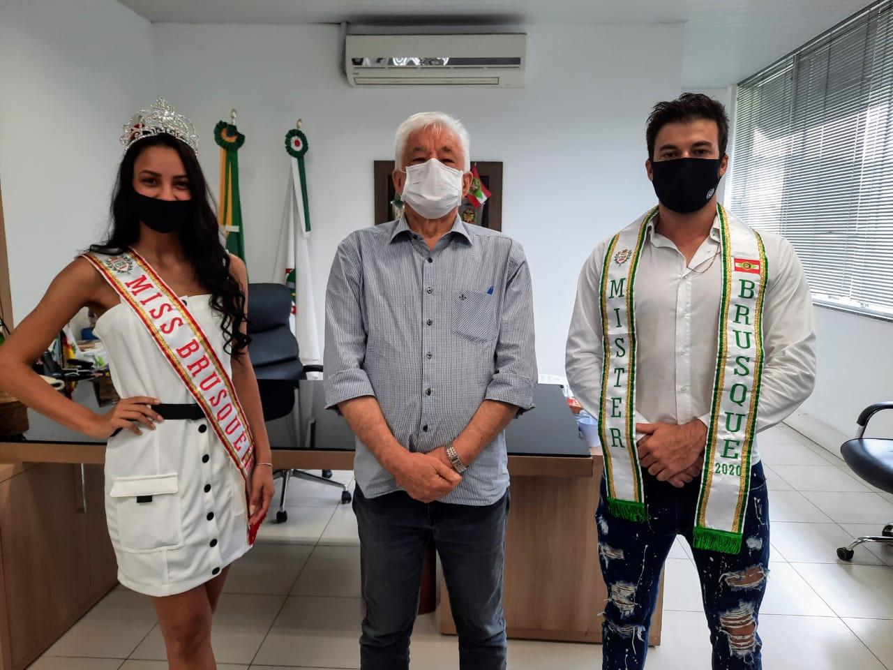 Representantes da beleza brusquense visitam prefeito