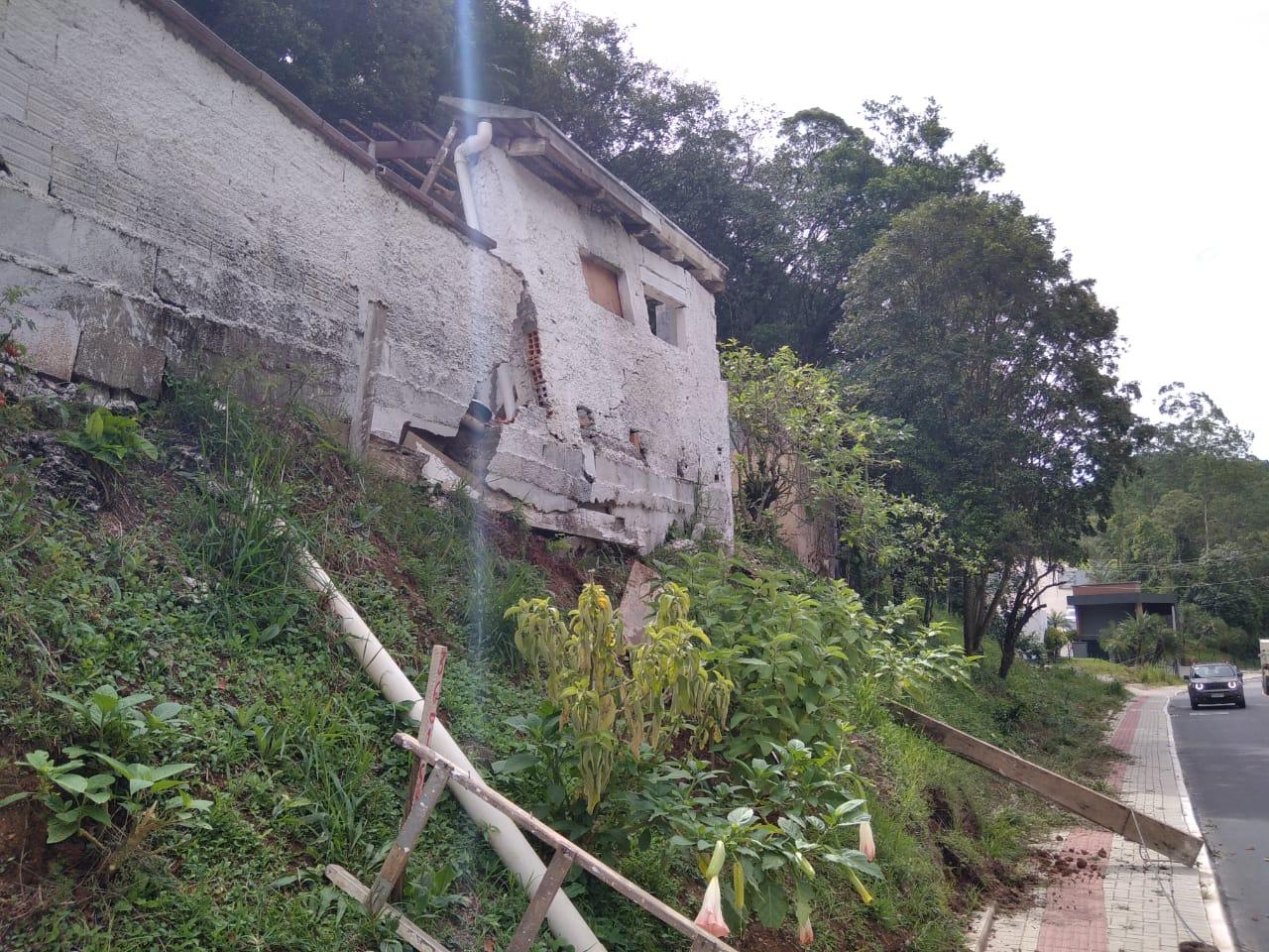Defesa Civil alerta moradores para possibilidade de queda de muro e garagem