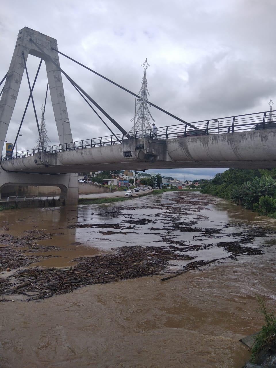 Avenida Beira Rio é interditada em razão das chuvas