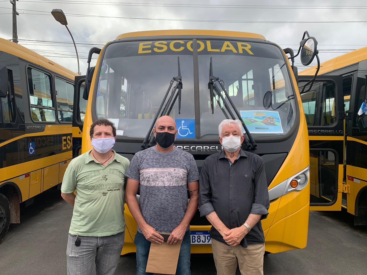 Brusque recebe ônibus escolar do Governo do Estado
