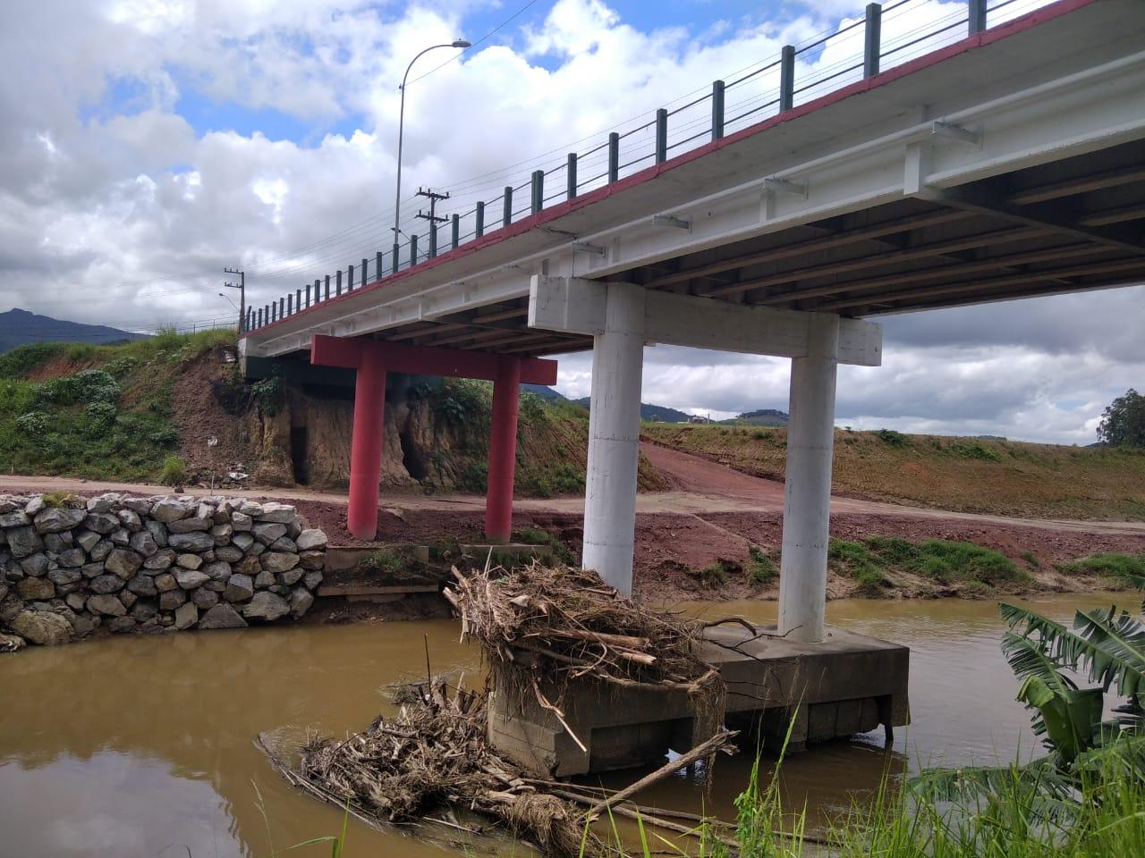 Prefeitura de Brusque realiza limpeza de entulhos em pontes da cidade
