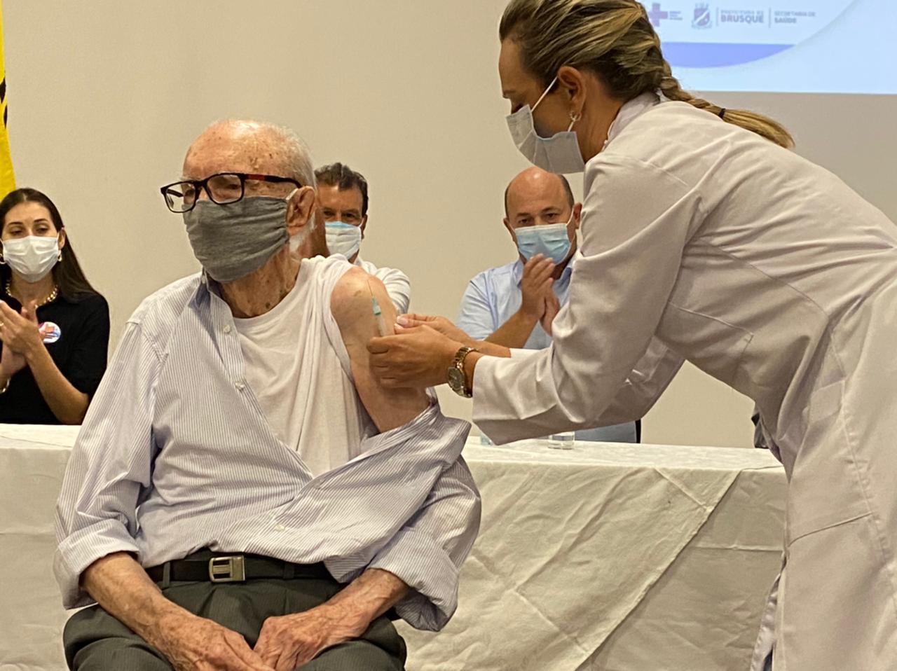 Iniciada campanha de vacinação contra Covid-19 em Brusque