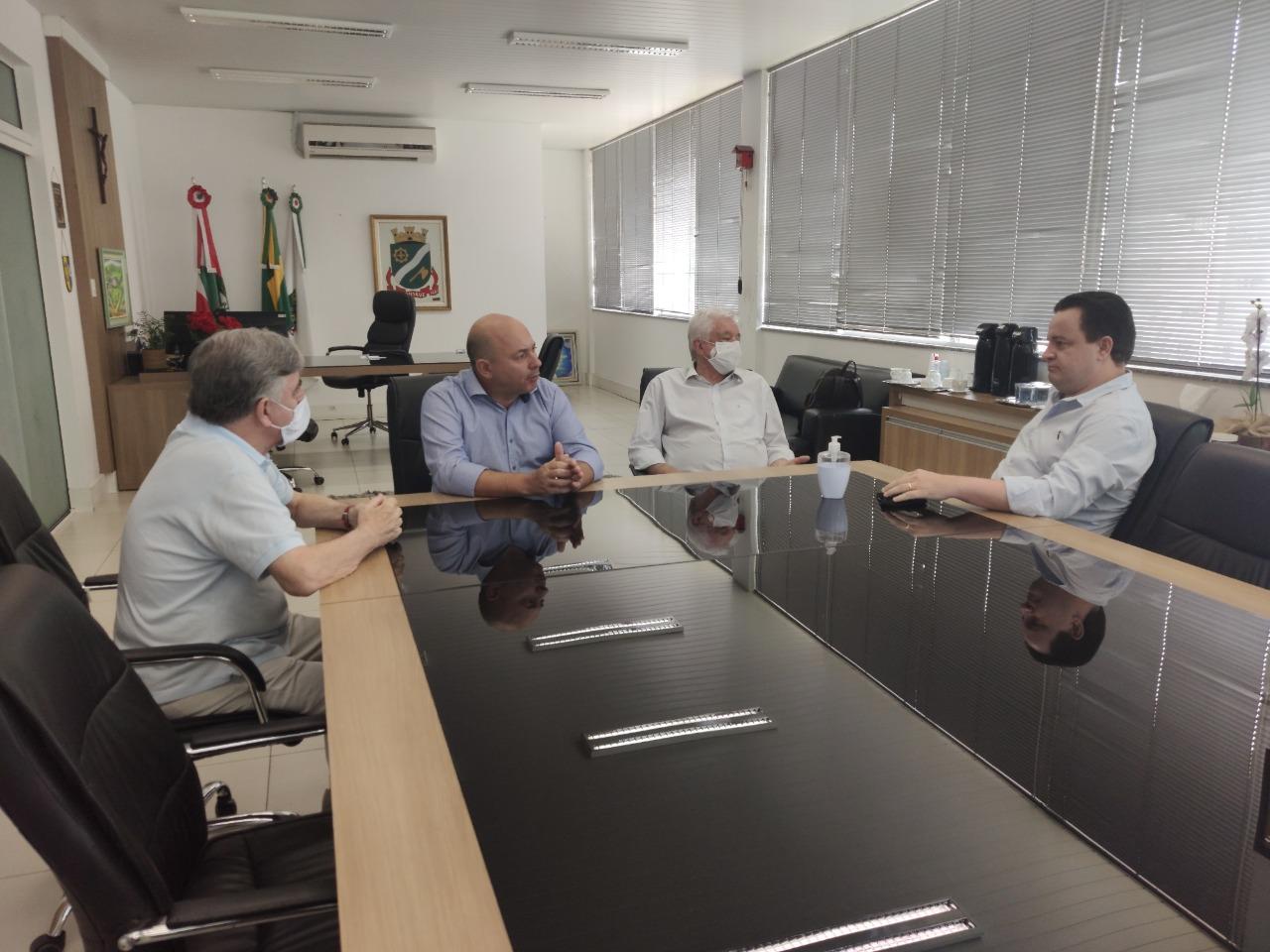 Prefeito de Brusque recebe deputado federal Rodrigo Coelho no gabinete