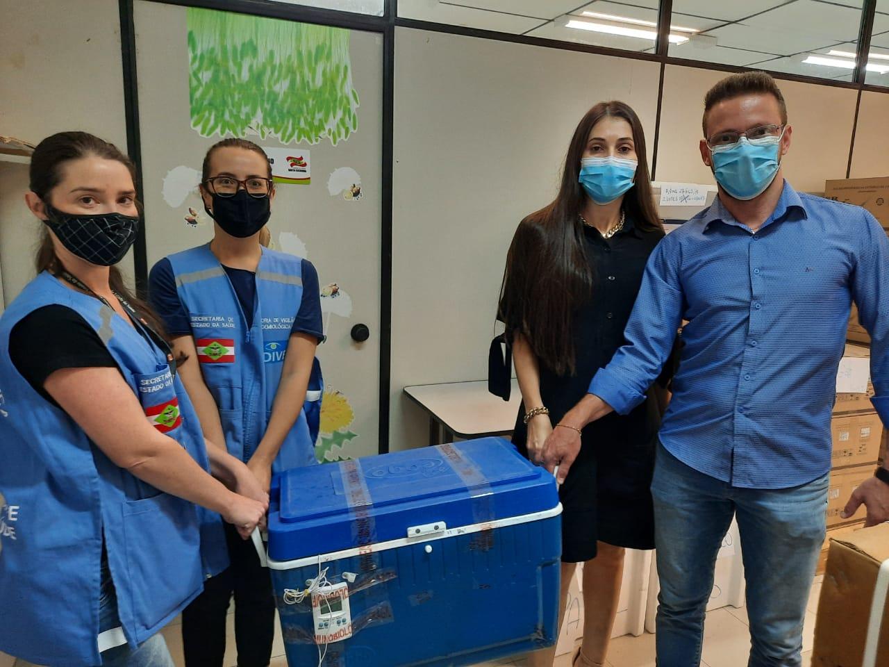 Covid-19: Equipe da Secretaria de Saúde busca vacinas em Blumenau (SC)