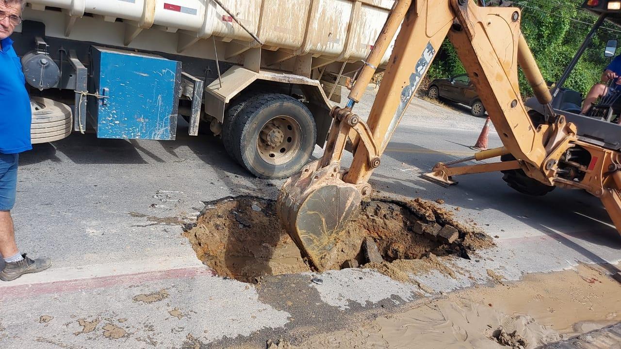Samae Brusque trabalha no conserto de dois rompimentos de rede no São Luiz