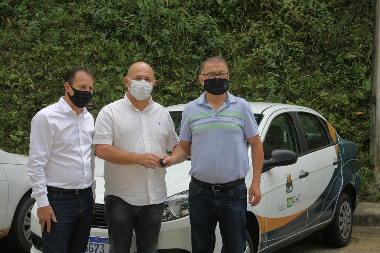 Prefeitura realiza entrega de veículo para Apae de Brusque