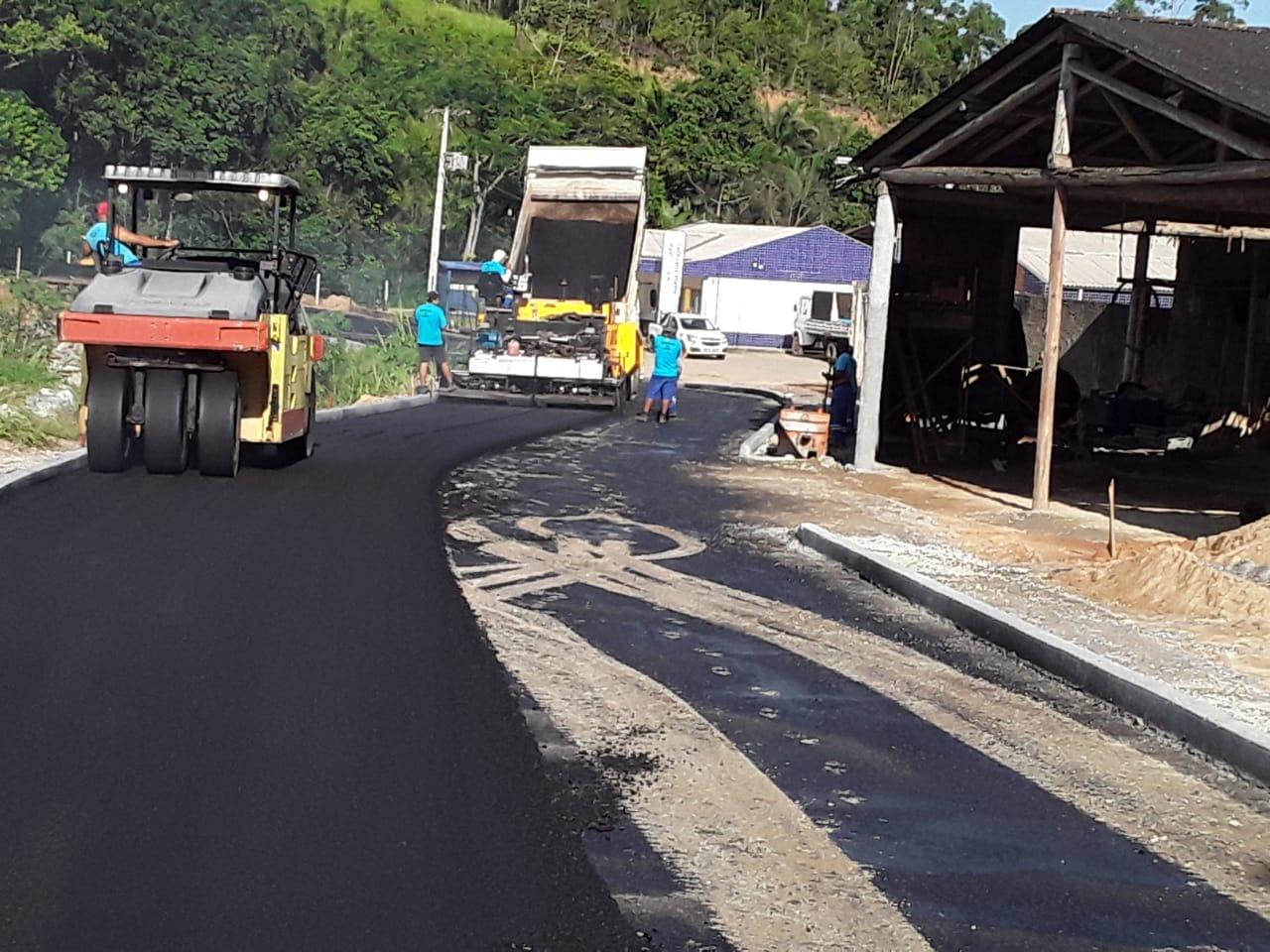 Com tempo bom, Secretaria de Obras realiza pavimentação em creche no Santa Luzia