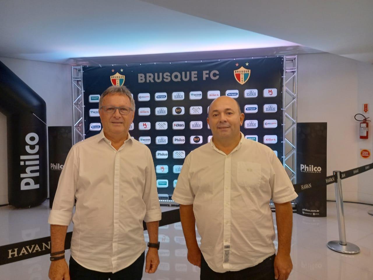 Prefeito Ari Vequi prestigia lançamento do novo uniforme e apresentação do elenco do Brusque Futebol Clube