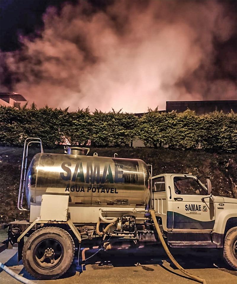 Samae Brusque presta auxílio à Bombeiros em incêndio de grandes proporções