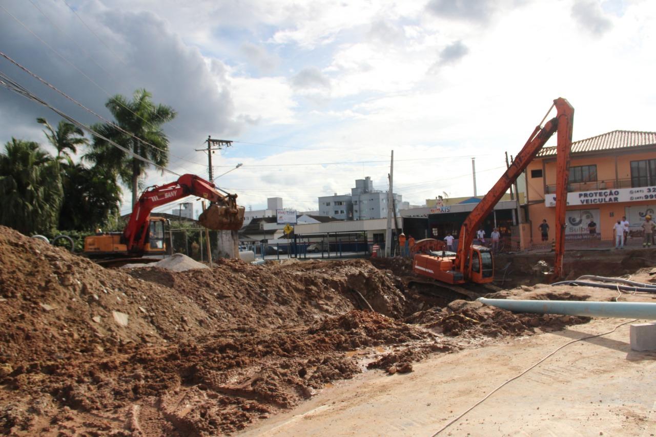 Prefeitura de Brusque e consórcio da Beira Rio trabalham no conserto da cabeceira da Ponte do Bombeiro