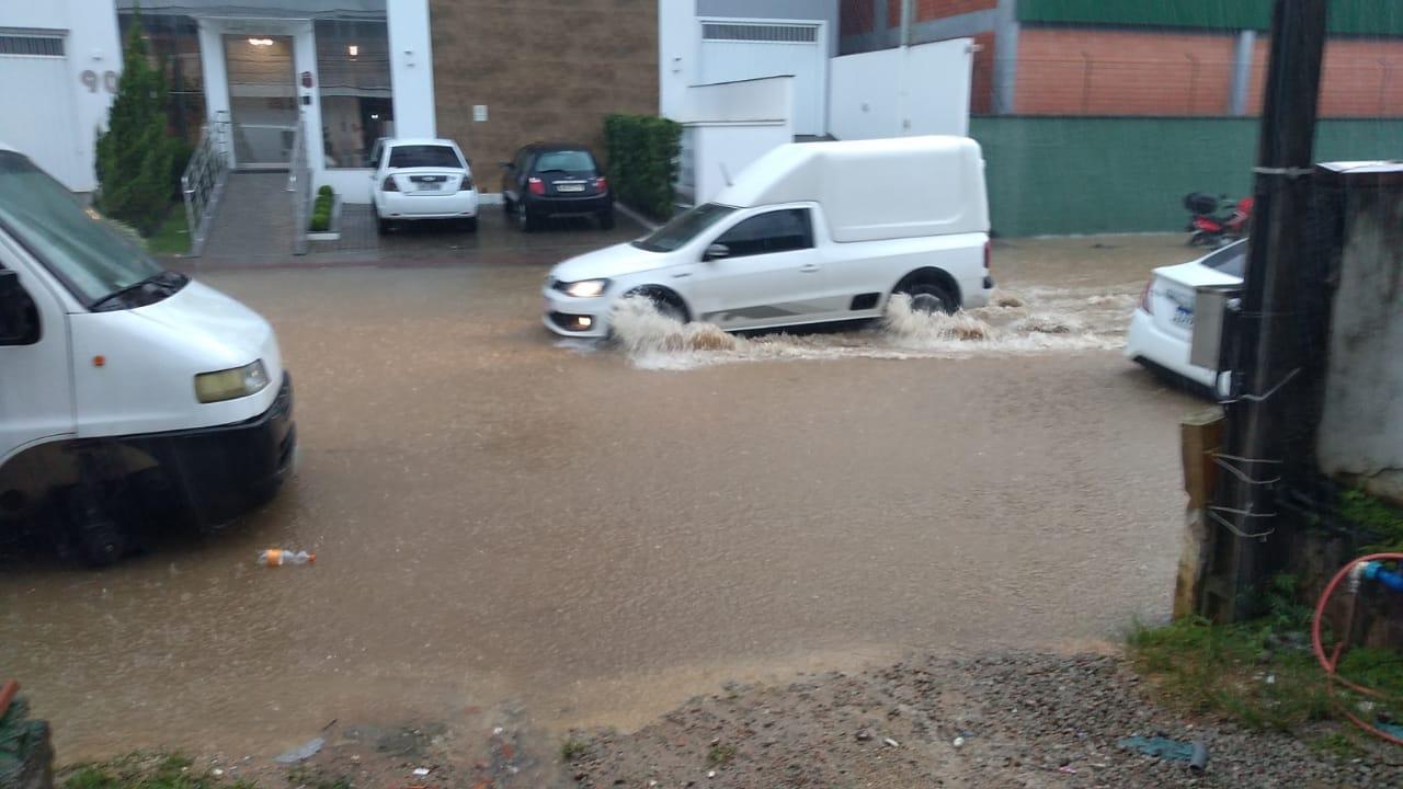 Em praticamente uma hora de chuva Brusque registra 41mm de água