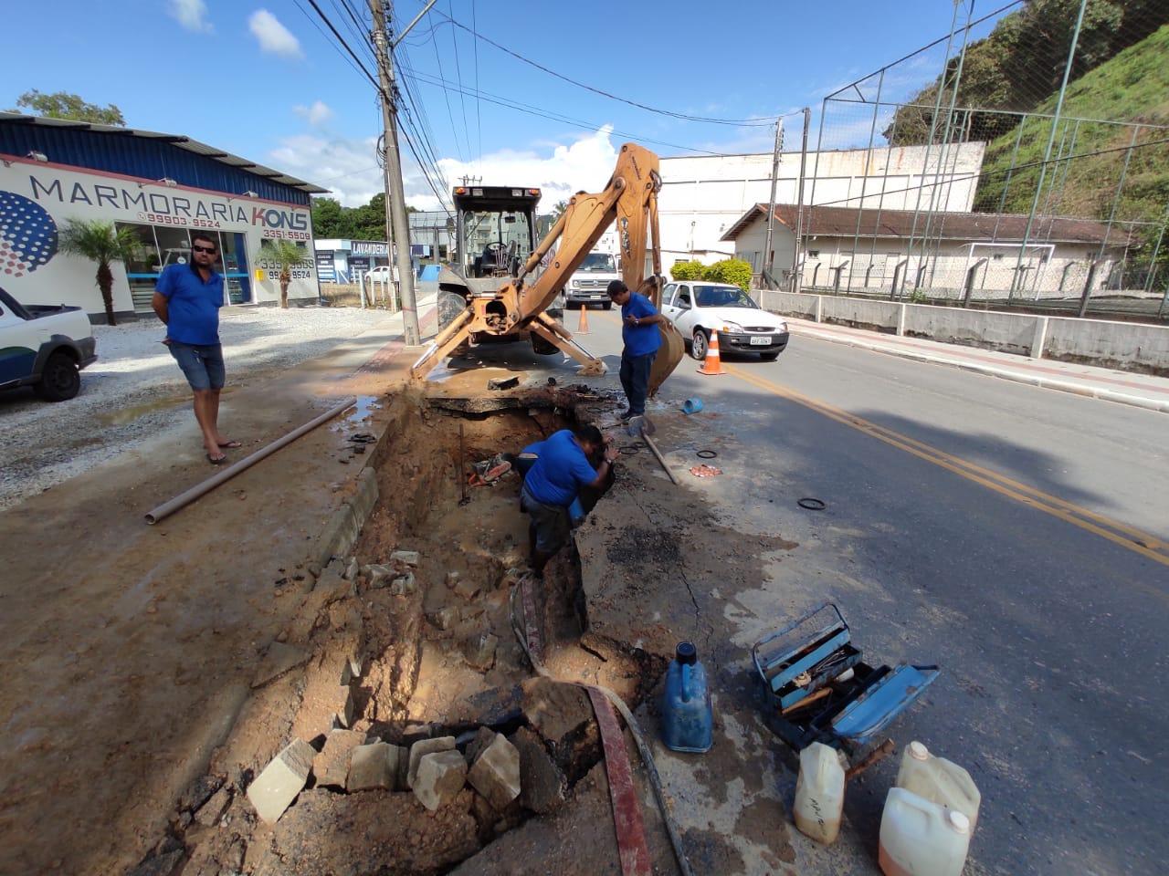 Samae trabalha em conserto de rede rompida na General Osório