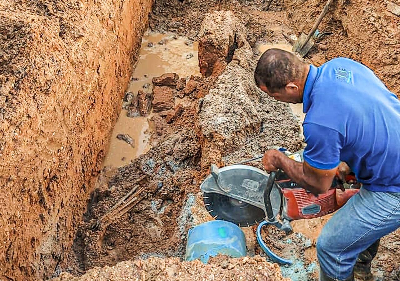 Equipes do Samae trabalham em conserto de rede no Limeira