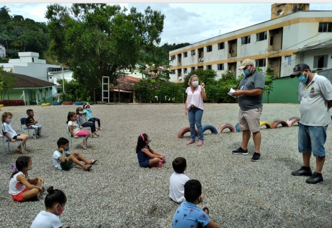 Alunos do CEI Benta Vanolli realizam plantio de crotalárias no pátio da escola