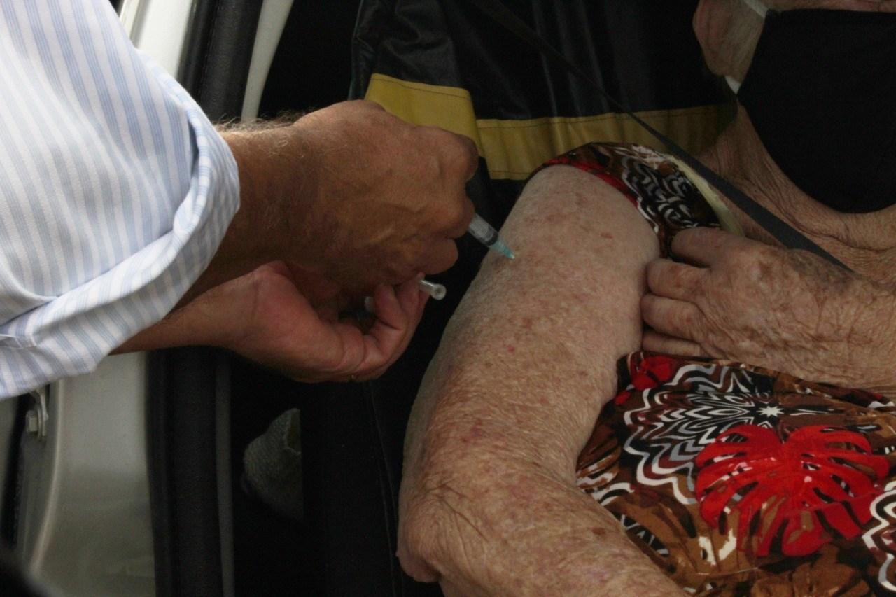 Vacinação contra Covid-19: Segunda dose para idosos com mais de 80 anos é neste sábado
