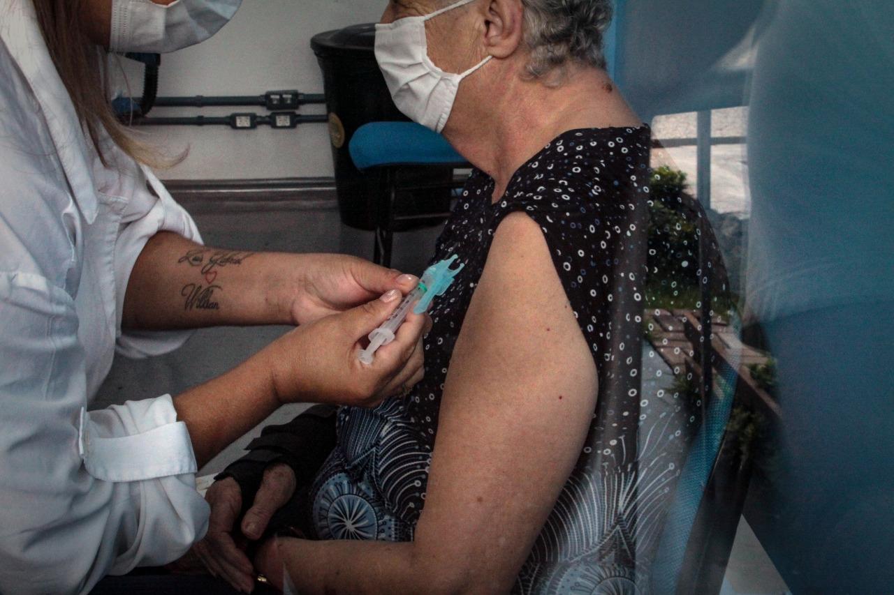 Idosos com mais de 74 anos serão vacinados no domingo (21)