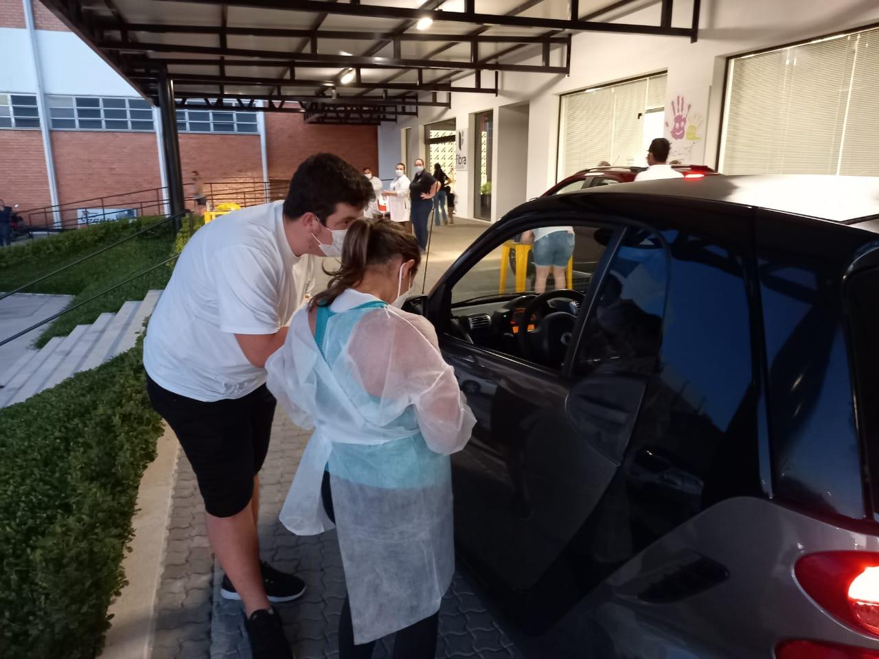 Prefeitura de Brusque inova e realiza o primeiro drive-trhu noturno de vacinação contra o coronavírus