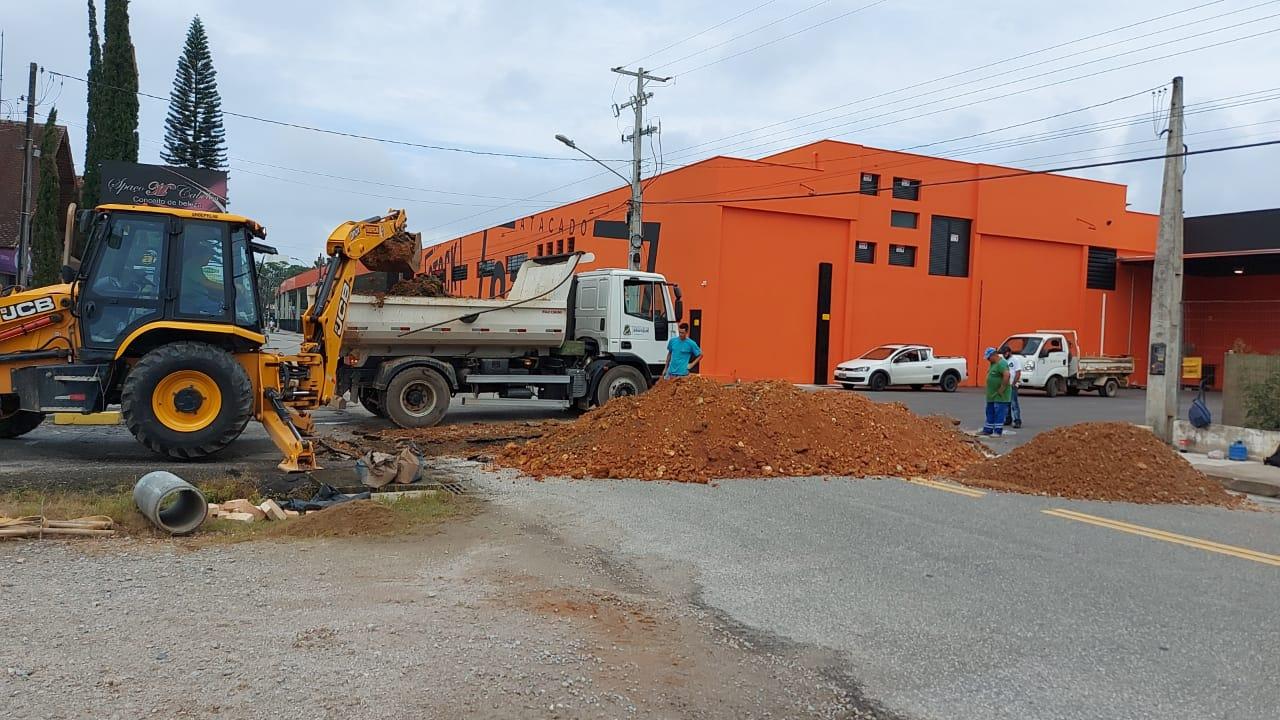 Secretaria de Obras trabalha na preparação para pavimentação da rua Arlindo Brogni