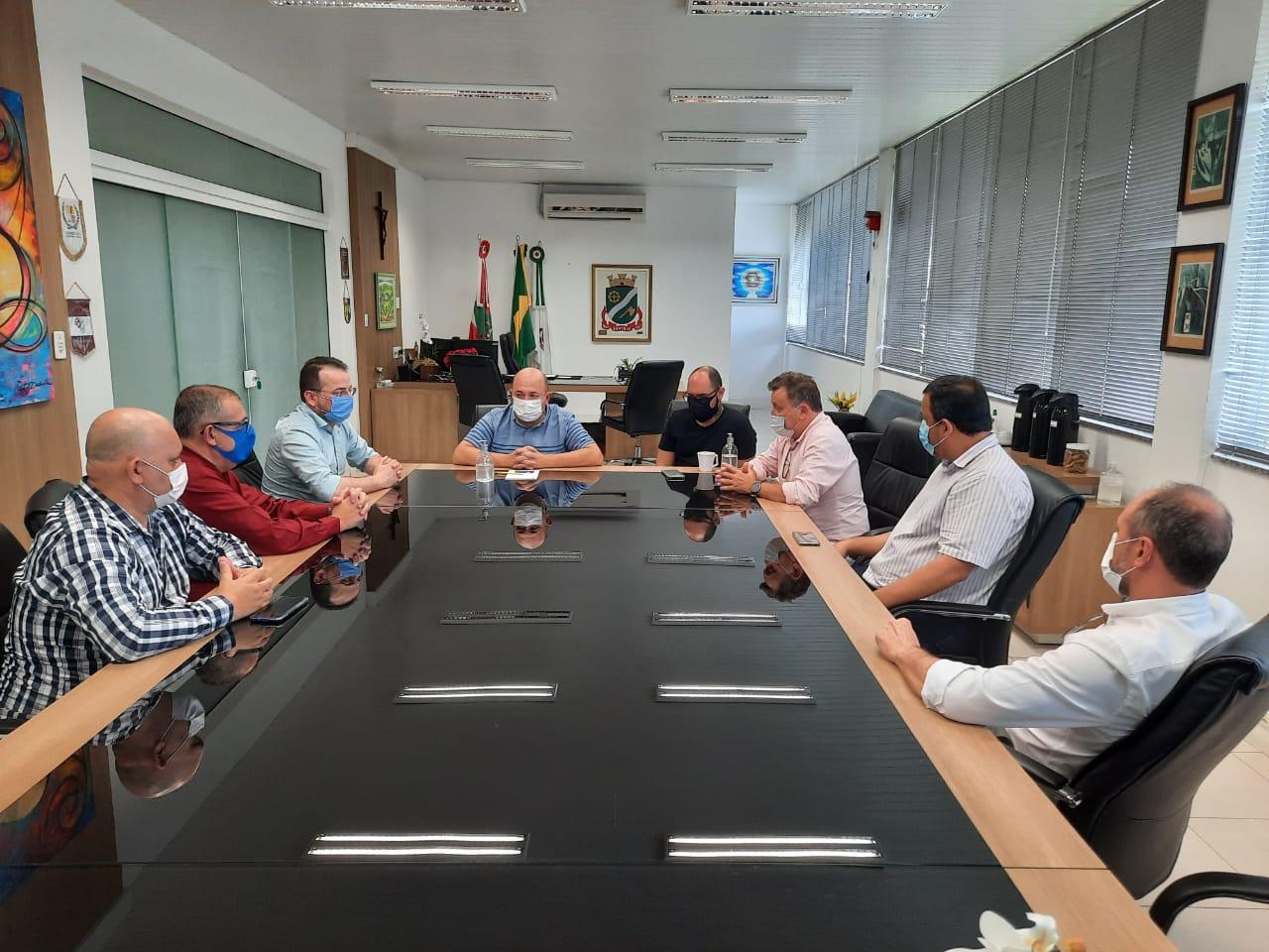 Representantes da empresa BFG International realizam visita técnica em Brusque