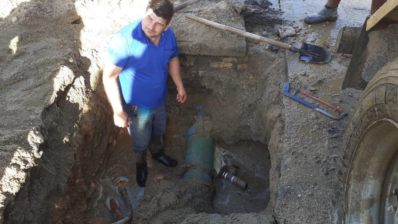 Samae trabalha em conserto emergencial de rede na Pedro Werner