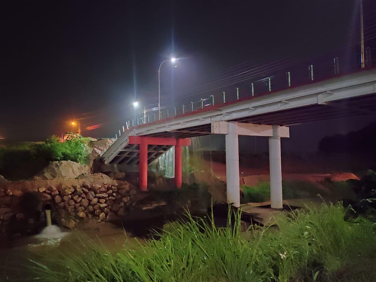 Queda da cabeceira da ponte Santos Dumont causa transtornos no trânsito e no abastecimento de água e gás natural na região